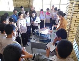 بازدید دانش آموزان مدرسه هدایت کاشمر از کارگاه جوشکاری مرکز کاشمر