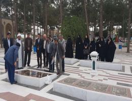 غبار روبی مزار شهدای کاشمر توسط کارکنان مرکز آموزش فنی و حرفه ای شهرستان بمناسبت بزرگداشت روز شهید